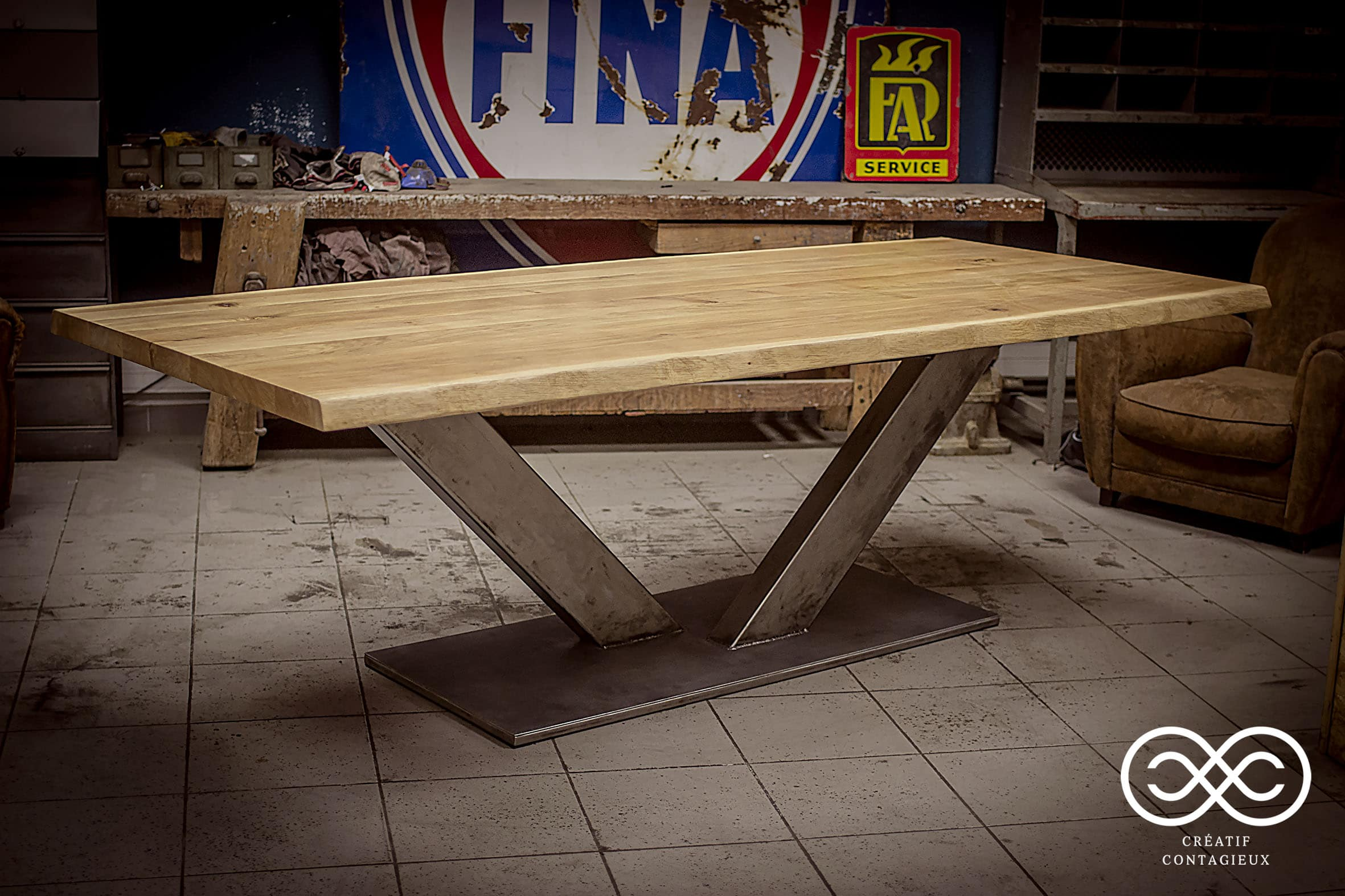 Table pied central en V